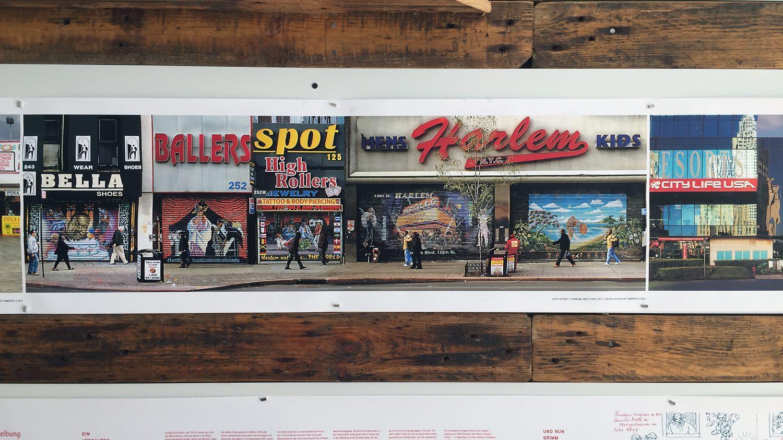 Eine Buchrolle mit Bildern von Geschäften mit bunt bemalten Rolläden
