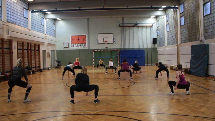 Frauen in der Turnhalle beim Tanzworkout