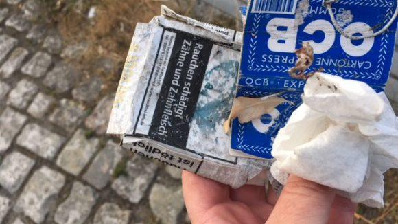 Müll aus Zigarettenschachteln.