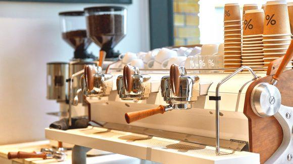 Nahaufnahme einer Profi-Kaffeemaschine im Arabica Café Berlin-Kreuzberg