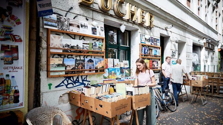 Josephin steht vor einem Buchladen beim Stöbern.