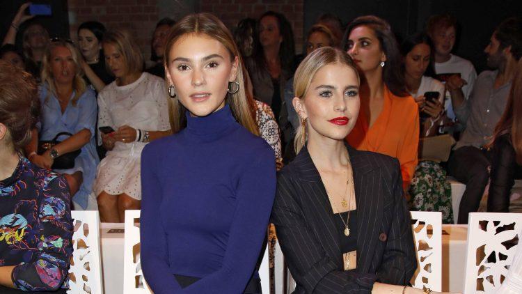 Stefanie Giesinger und Caro Daur posen in der ersten Reihe einer Fashion Show.