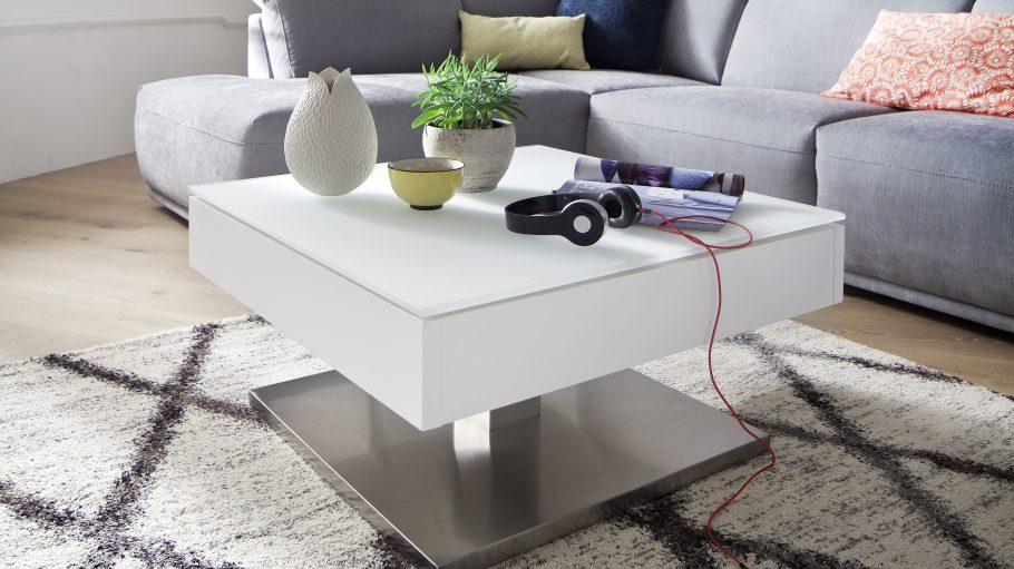 Eine graue Couch mit weißem Couchtisch in modernem industrial Look.