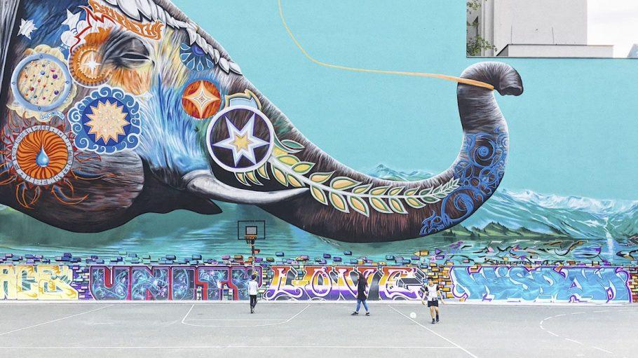 Ein riesiges Graffiti vor einer Basketballfläche.