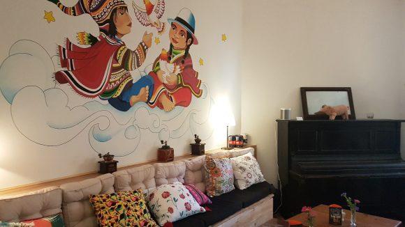 Das Café mit gemütlicher Couch und den Engelchen.