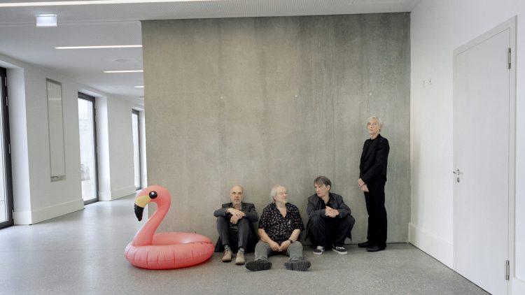 Element of Crime im Flur neben einem Flamingo-Schwimmring