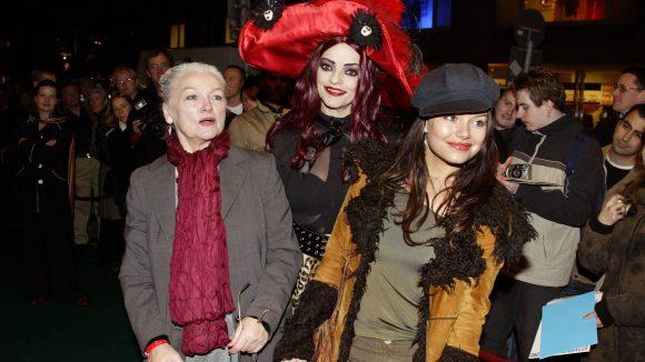 Eva Maria Hagen mit Tochte Nina und Enkelin Cosma Shiva Hagen auf einem roten Teppich