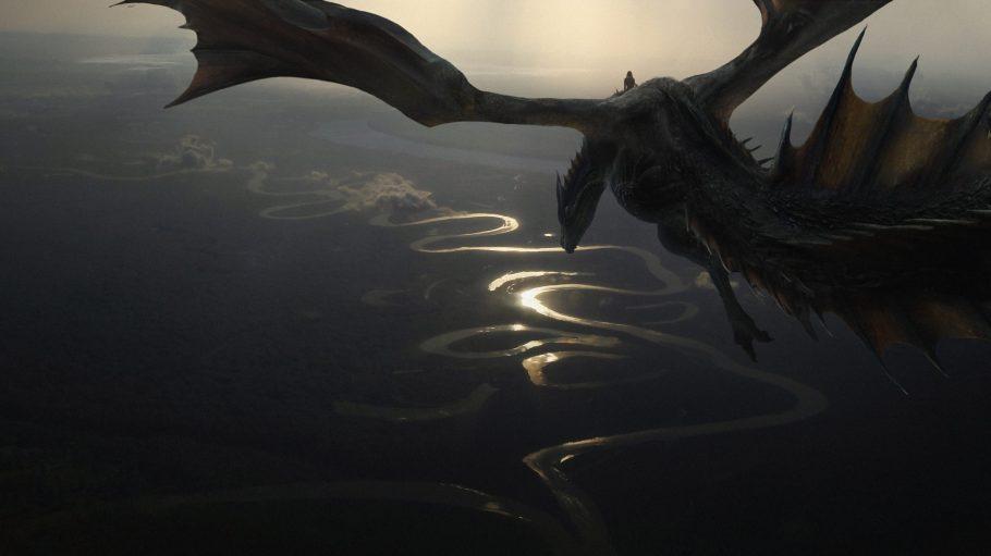 Drache fliegt über einen gewundenen See. Eine Szene aus Unseen Westeros.