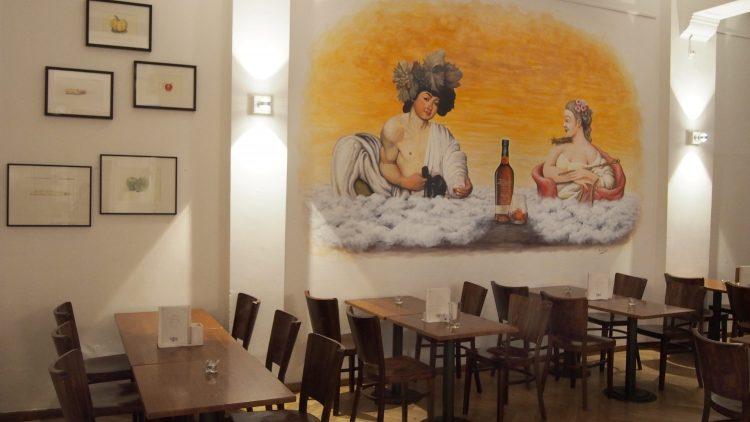 Ein Wandbild mit antiken Adeligen, die Alkohol trinken