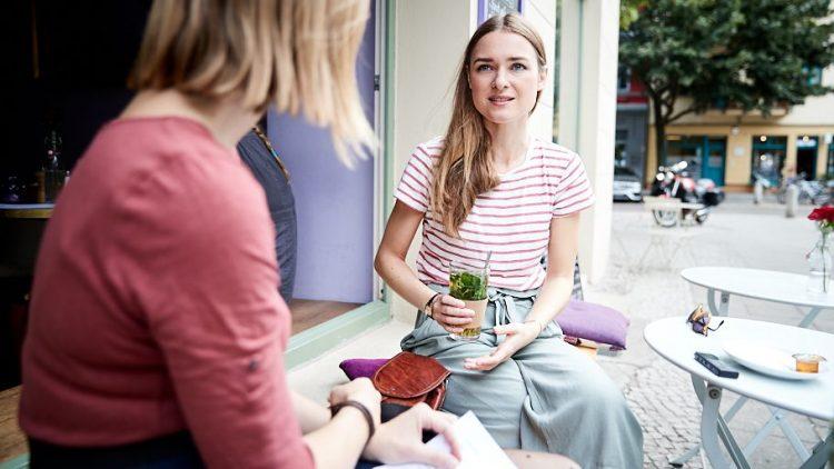 Josephin Buch sitzt im Café mit Pfefferminztee und redet.