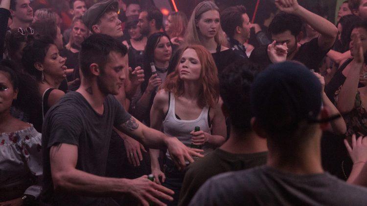 Frau tanzt in einer großen Menge.