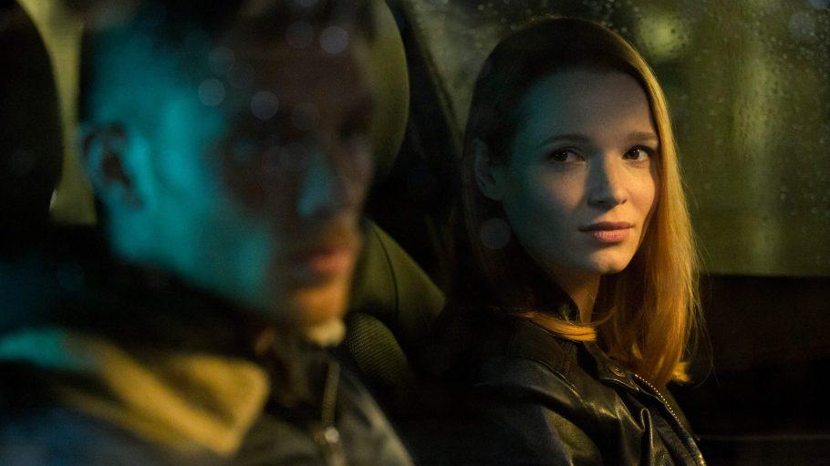 Frau sitzt mit Mann im Auto