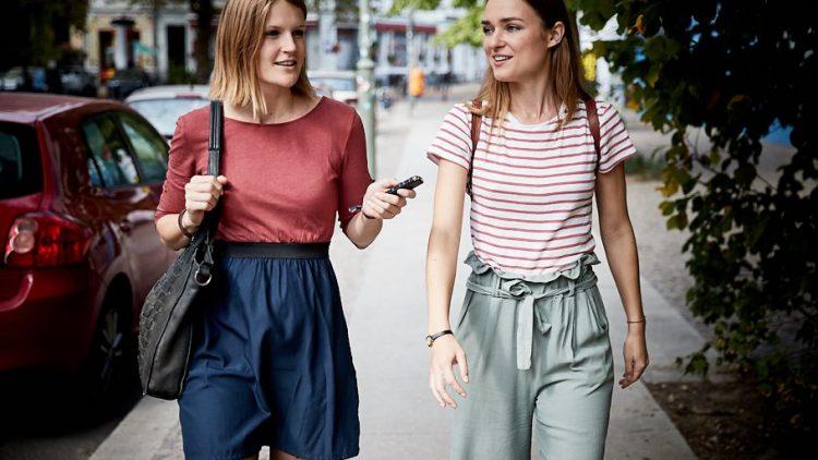 Josephin und die Reporterin Julia Stürzl gehen nebeneinander eine Straße entlang.