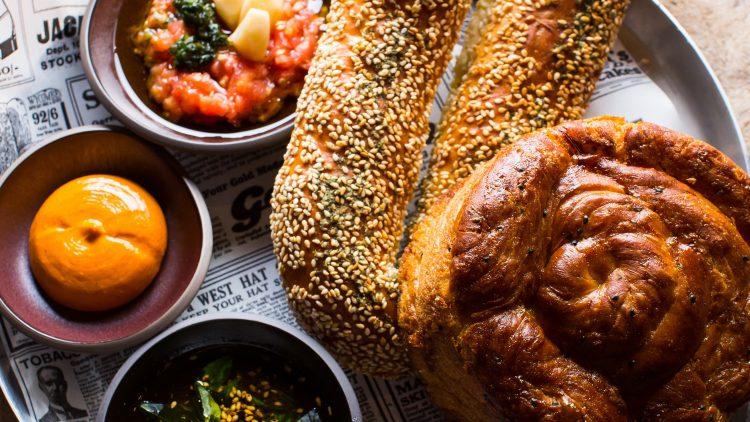 """Ein köstlicher Auftakt im """"Layla"""" ist die Brotvariation mit Bagel, Brioche und dreierlei Dip."""