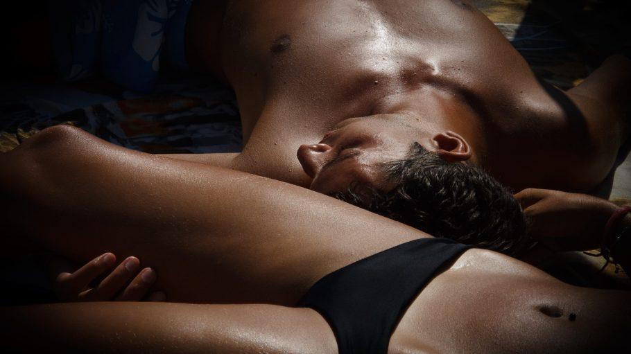 Ein junger Mann und eine junge Frau in Unterwäsche