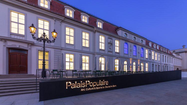 Die Außenansicht des PalaisPopulaire am Abend.