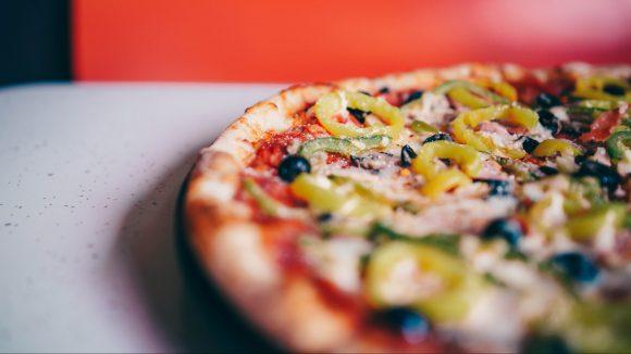 Gemüsepizza auf einem Tisch