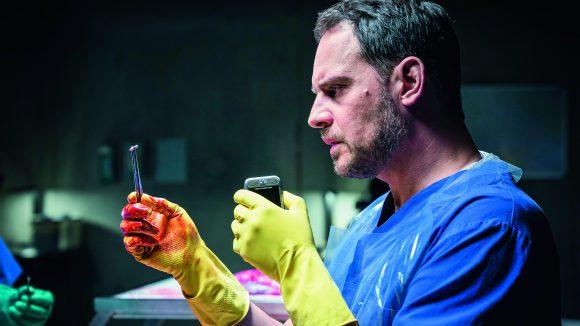 """Im Film """"Abgeschnitten"""" spielt Moritz Bleibtreu einen Rechtsmediziner, der einen unglaublichen Fund in einer Leiche macht."""