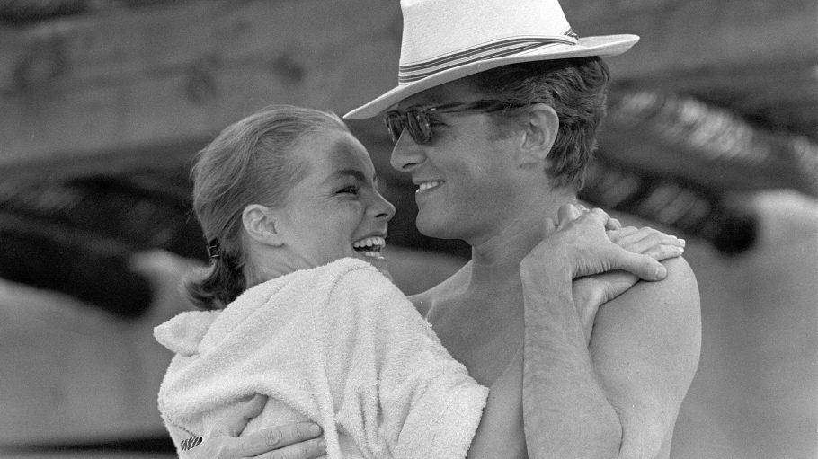 Romy Schneider umarmt Harry Meyen