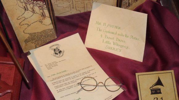 Der Hogwarts Schulbrief aus dem ersten Teil der Harry Potter Filme.