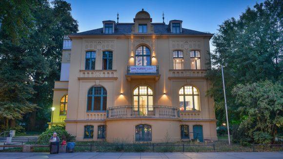 Schwartzsche Villa: Gelbe Villa in Park bei abendlichem Licht