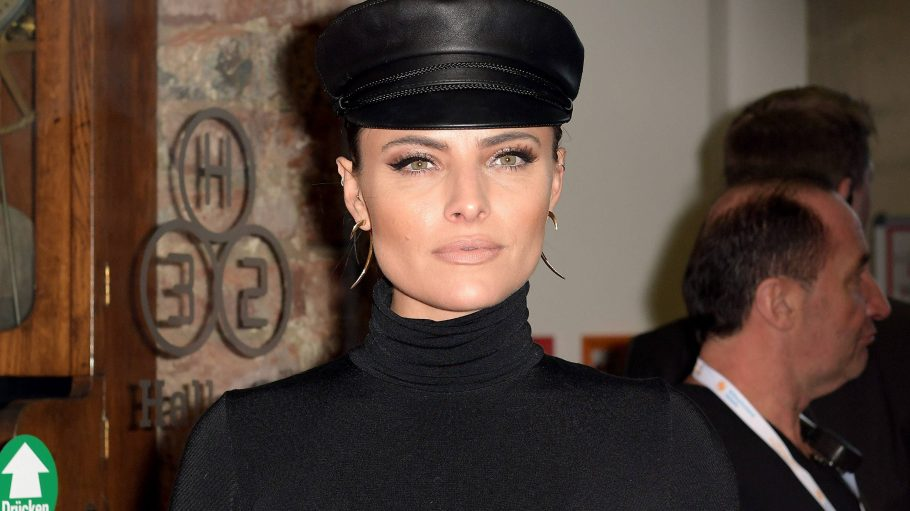 Sophia Thomalla mit Leder-Cap