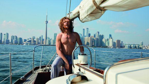 Rothaariger Mann im Boot auf hoher See