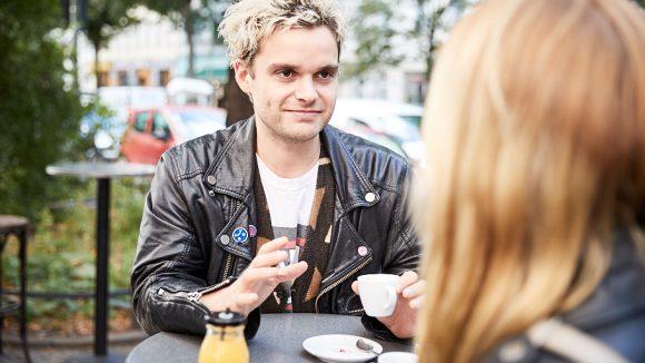 Tristan im Café mit einer Espressotasse in der Hand.