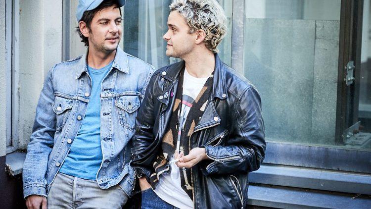 Tristan und sein Kumpel Joe Joaquin vor einem Fenster