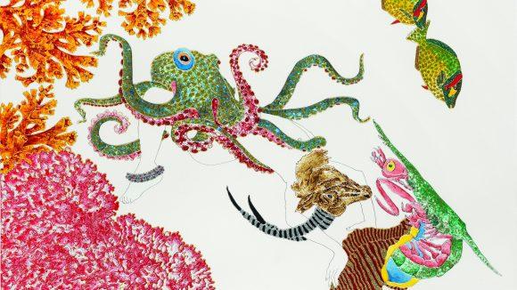 Ein Bild von einer bunten Krake, Fischen und Muscheln vor Korallen.
