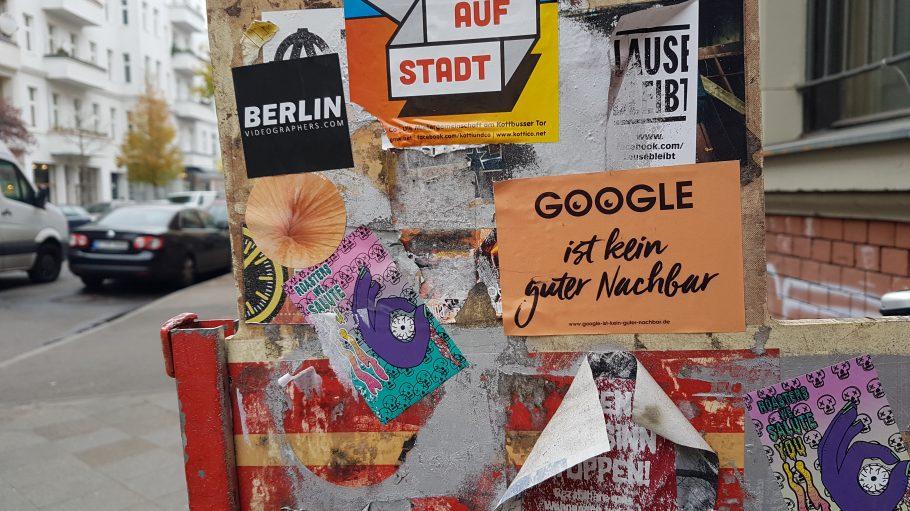 Protest-Sticker auf Tafel