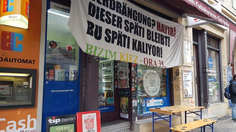 Plakatierter Späti in der Oranienstraße