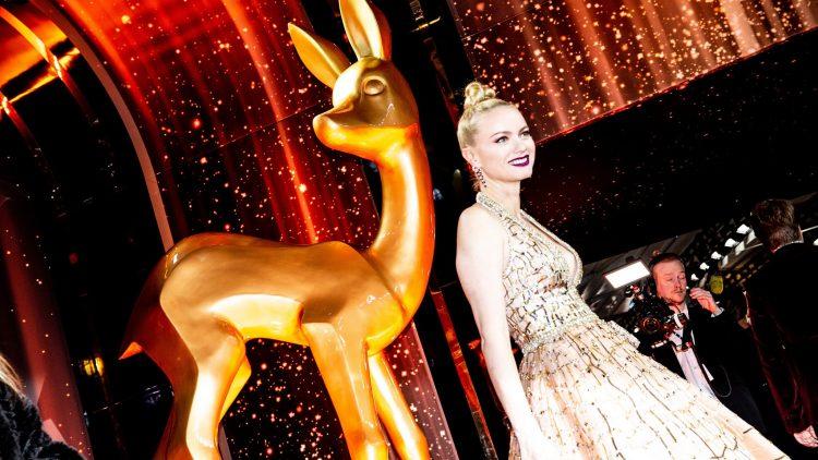 Franziska Knuppe posiert vor dem goldenen Bambi
