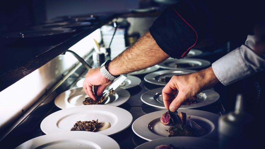 Männerhände richten in der Küche an