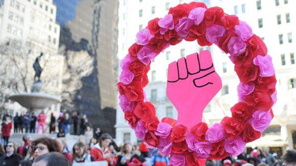 Pinkes Frauenpower-Zeichen auf einer Demo