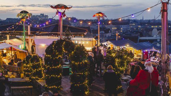 Weihnachtsmarkt im Klunkerkranich mit Berliner Skyline