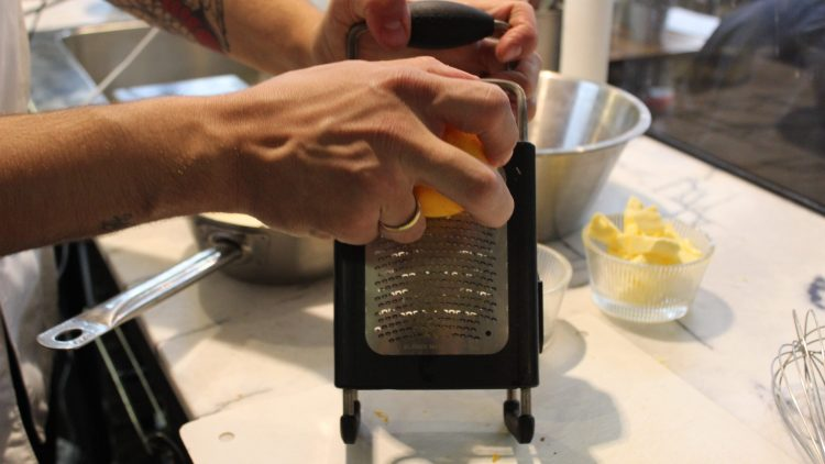 Daniel Budde beim Zitronenreiben