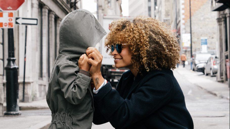Mutter kniet vor ihrem Kind auf der Straße...