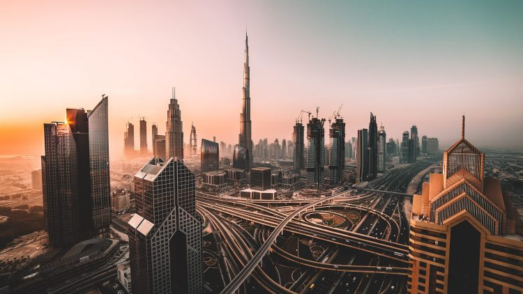 Die Skyline von Dubai bei Sonnenuntergag und Burj Khalifa.