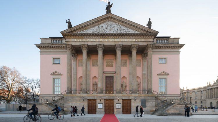 Fassade der Staatsoper Unter den Linden mit sechs griechischen Säulen und zwei Treppen vor dem Eingang