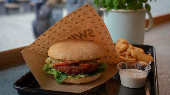 Veganer Burger und Pommes in Swing Kitchen in Mitte
