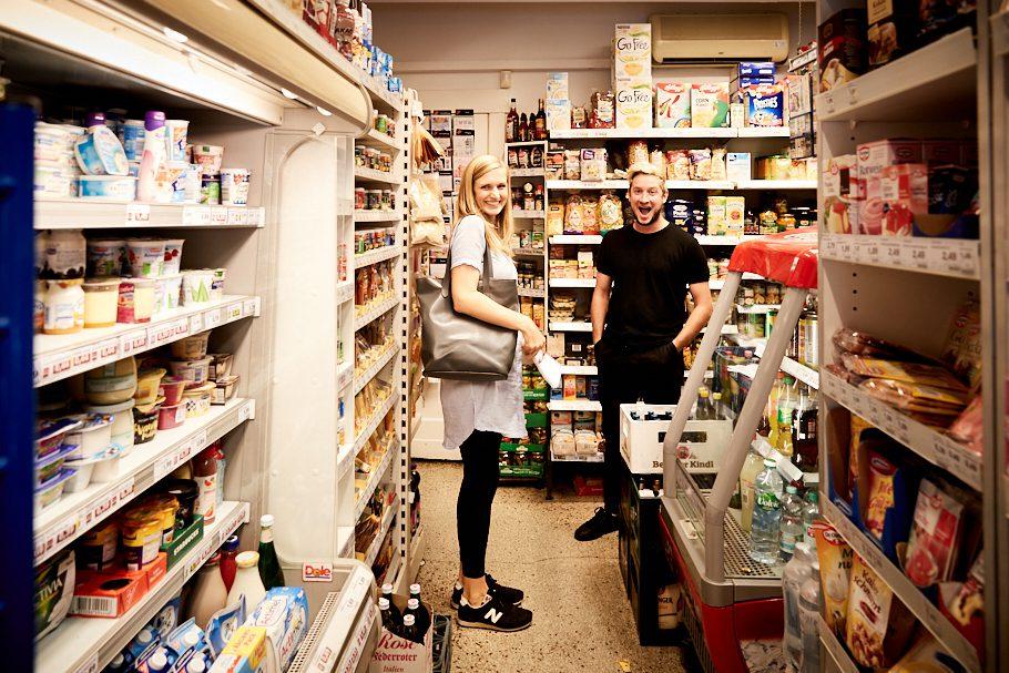Teesy und QIEZ Reporterin im Kaulsdorfer Einkaufsmarkt