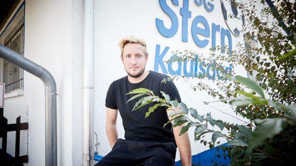 Musiker Teesy vor Schriftzur SG Stern Kaulsdorf
