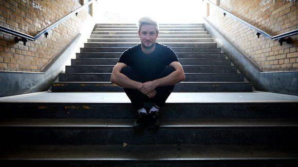 Musiker Teesy auf einer Treppe im Fußgängertunnel S Kaulsdorf