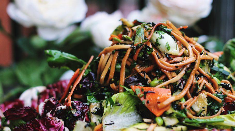 vegane Udonnudeln im vegetarischen Restaurant in Berlin
