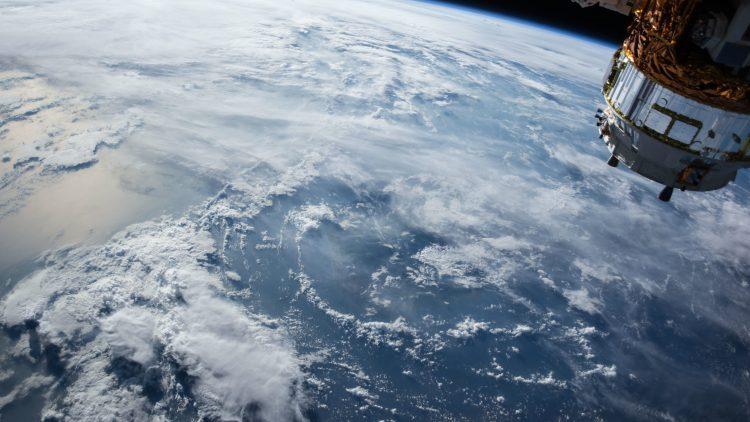 Ein Satellit schwebt über der Erde.