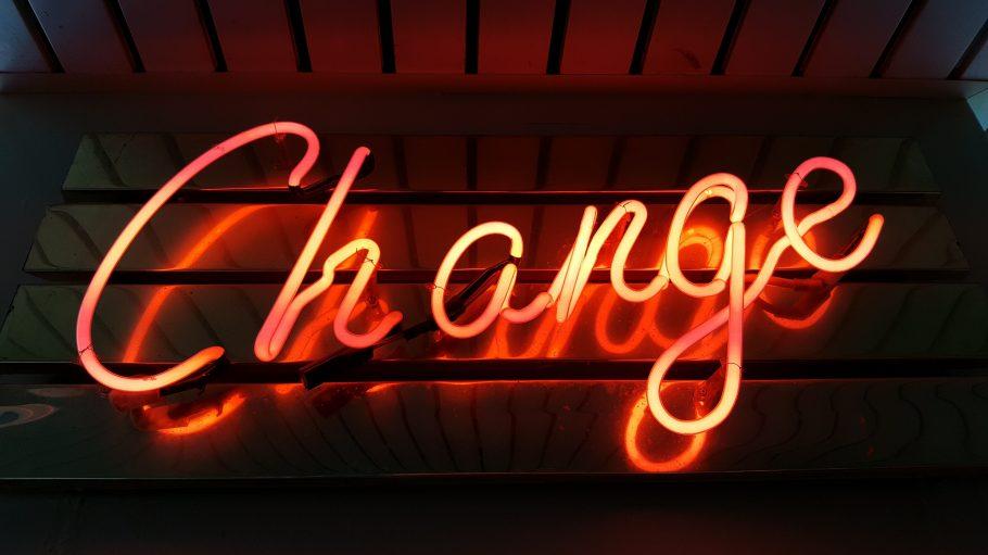 Leuchtschrift mit der Aufschrift Change