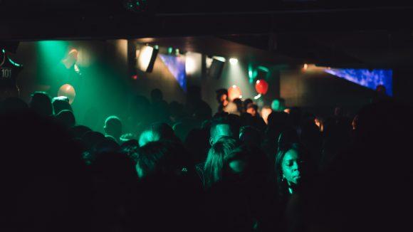 Menschen in einem dunklen Club