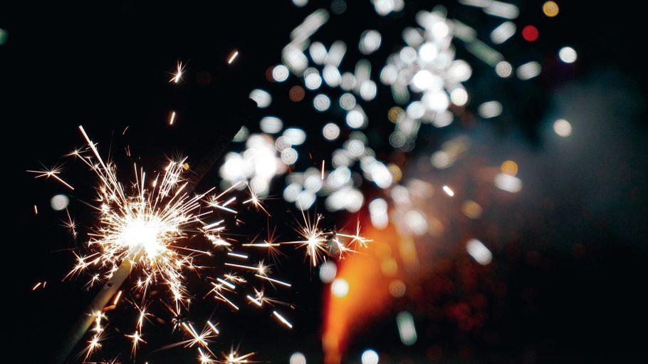 Funkensprühen vor Feuerwark an Neujahr