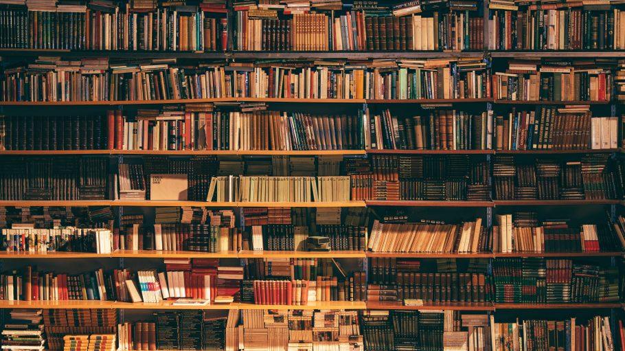 Regal vom Boden bis zur Decke gefüllt mit Büchern in einer Buchhandlung.
